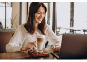 年轻的女商人在咖啡馆上网工作喝着咖啡_13377261