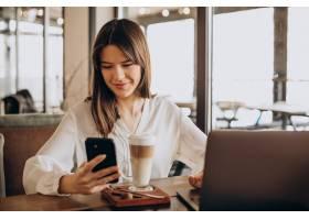 年轻的女商人在咖啡馆上网工作喝着咖啡_13377264