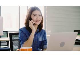 年轻貌美面带微笑的亚洲女子一边在笔记本_4691905