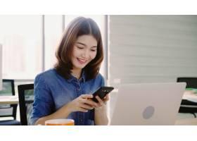 年轻貌美面带微笑的亚洲女子一边在笔记本_4691906