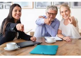 开心的商业同事或合作伙伴拿着咖啡杯和文件_10608235