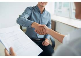 微笑的亚洲商人与合作伙伴握手_1027120