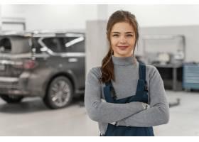 微笑的女人在汽车服务部工作_12140622