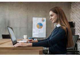 微笑的女人拿着笔记本电脑准备开会的侧视图_12065548