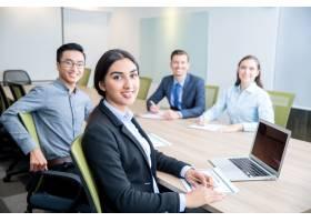 微笑的女商人与同事一起工作_1022721