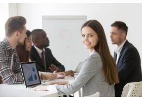 微笑的女商人专业人士或实习生在会议上看_3939773
