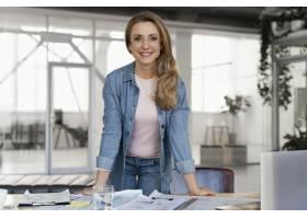微笑的女商人在工作时摆姿势_12140649