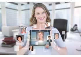 微笑的女商人展示她的平板电脑和虚拟应用程_973640