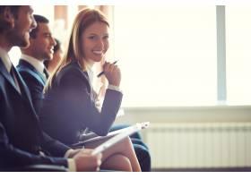微笑的女商人拿着笔在会议上_855029
