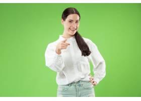微笑的女商人指着你要你绿色工作室背景_13455900