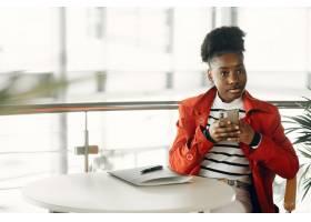 微笑的年轻女商人坐在办公室里的肖像_13319929