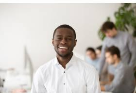 快乐的非裔美国职业经理微笑着看着相机头_3955375