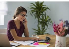 忙碌的会计在家工作_12652240