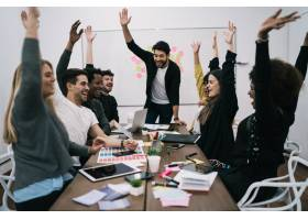 快乐的商业团队在办公室举手庆祝成功和致_10928878