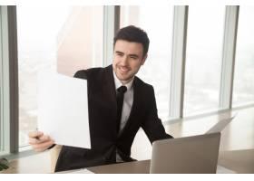 快乐的商人拿着金融统计报告很满意_3955650