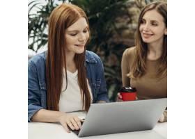 快乐的女人们一起工作在一个项目上_11043390