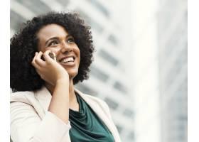 快乐的女商人在电话里聊天_3741872