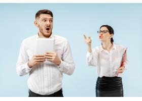 愤怒的老板站在办公室或工作室的女人和他_13455926