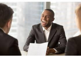 成功快乐的黑人男性候选人被录用找到工作_3955642