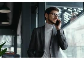 成功的商人在智能手机上交谈的肖像_7627680