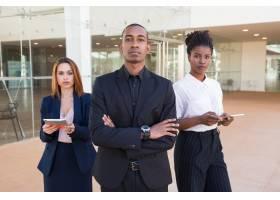 成功的商务团队在办公大厅摆姿势_5002170