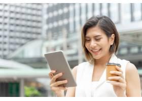 成功的美丽的亚洲商业年轻女子手持智能手机_5392796