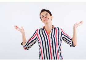 成熟女子身着条纹上衣摆出无助的手势看起_13401927