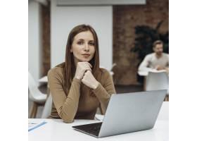 安静的女人在笔记本电脑上工作_11043367