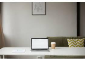 室内配有笔记本电脑咖啡和文件的工作台_3952555