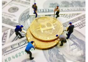 工人们在美元纸币背景上帮助挖洞铸币_3805742