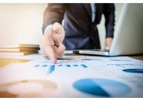 工作流程启动一位在办公室处理新财务项目_1202396