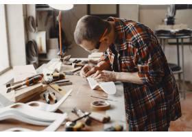 工匠在切割木板_13181311