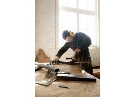 工匠在车间制作他的新项目_1282170