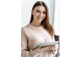 带平板电脑的年轻女商人肖像_13296700