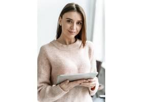 带平板电脑的年轻女商人肖像_13296706