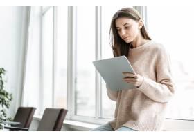 带平板电脑的年轻女商人肖像_13296707