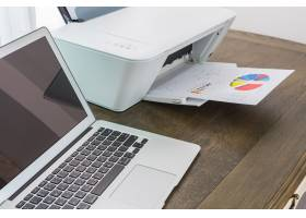 带打印机的木桌上的笔记本电脑_977942