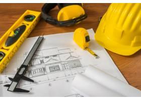 带黄色头盔和蓝色绘图工具的施工平面图_1013652