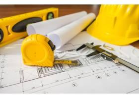 带黄色头盔和蓝色绘图工具的施工平面图_1013653