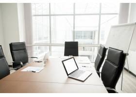 带有会议桌和大窗户的现代办公会议室内部_3939793