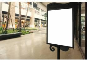 带有文本空间的空白标牌可供您在现代购物中_1467352