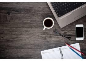 带笔记本电脑的书桌一杯咖啡和一本日历_878794