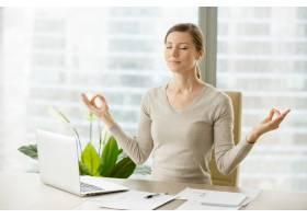 平静的女商人用呼吸体操放松_4013243