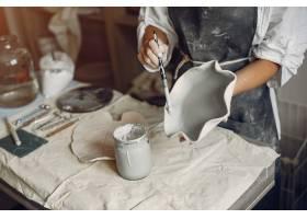 年轻女子在作坊制作陶器_5557222