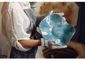 年轻女子在作坊制作陶器_5557246
