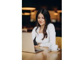 年轻漂亮的女商人在咖啡馆里用电脑工作_10706181
