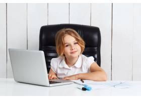 年轻漂亮的女孩坐在办公室的工作场所_7850986