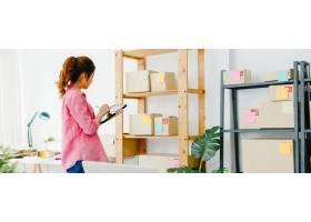 年轻的亚洲企业家女商人查看库存产品采购订_10074955