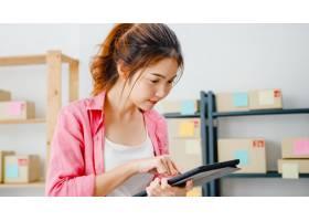 年轻的亚洲企业家女商人查看库存产品采购订_10074958
