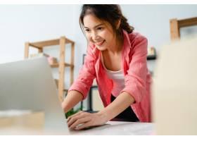 年轻的亚洲企业家女商人查看库存产品采购订_10075023